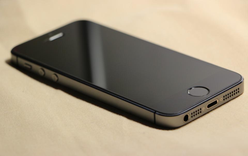 Разбитое стекло на iPhone 5s