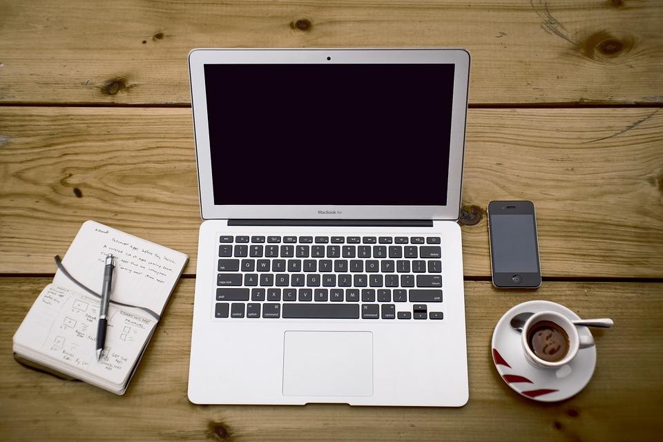 Папка со знаком вопроса на экране MacBook